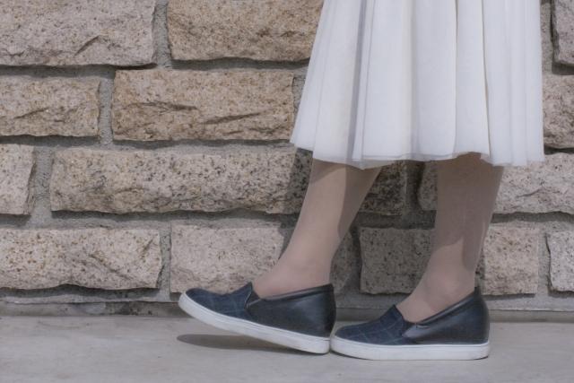 スカートを履いている女性の足もと